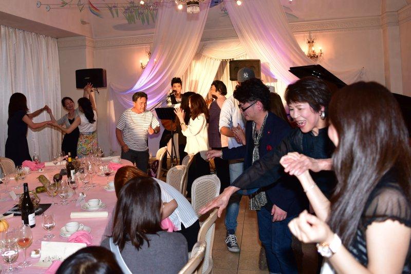 最後の曲は全員スタンディングでダンスタイム!