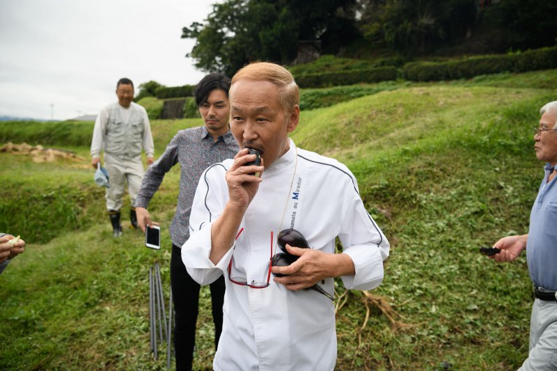 浅田さんのなすは、生でかじっても甘いんです!