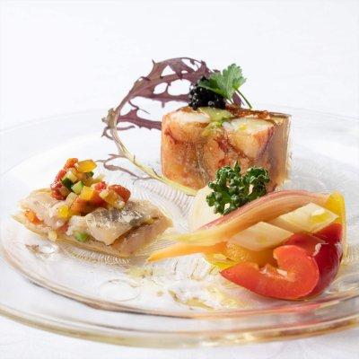 伊豆アマゴのスモーク、マリネとドライトマト、オマール海老のゼリー、野菜の白ワインマリネ